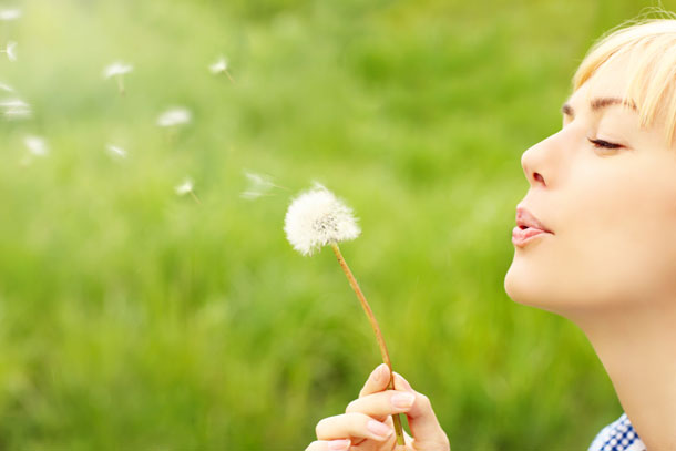 © Woman with dandelion - fotolia.com