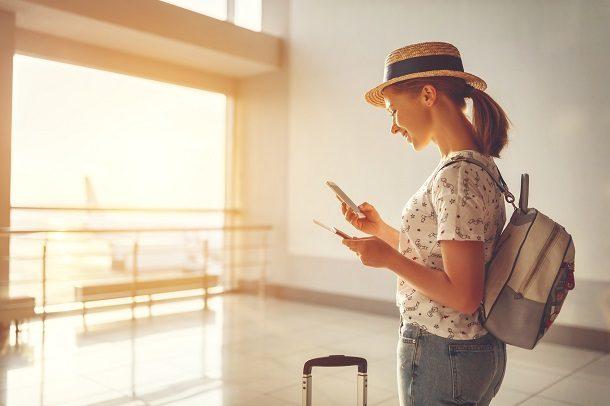 Frau auf Reisen am Flughafen