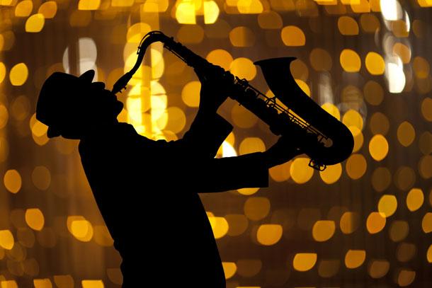 Saxophonist Mann spielt Saxophon