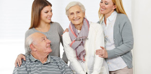 Senioren mit Angehörigen, fröhlich