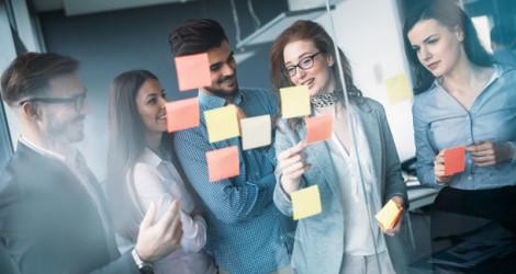 Junge Menschen bei der Geschäftsplanung