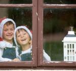 Jungs am Fenster