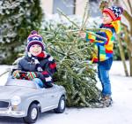 Kinder mit Auto im Schnee