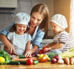 Familie bereitet Essen zu.