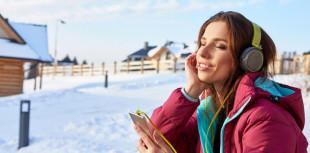 Frau im Schnee mit Musik