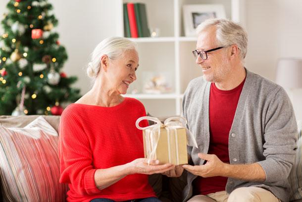 Älteres Pärchen an Weihnachten